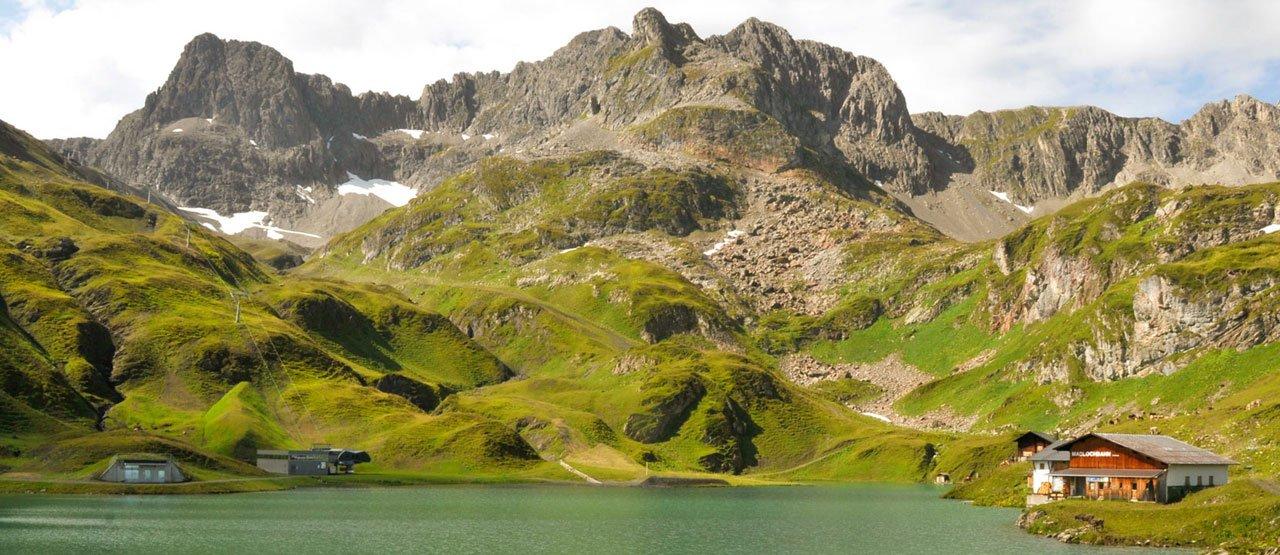 Bergsee vor Gipfelpanorama