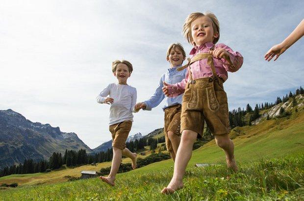 Kinder spielen auf Bergwiese